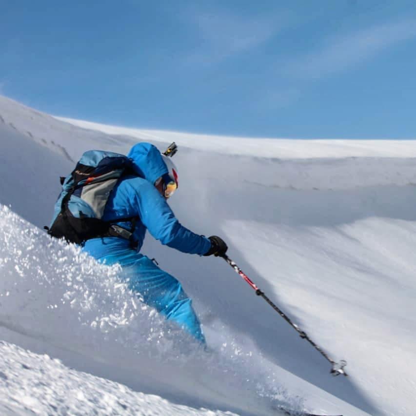 Off-Piste skier in priiskovy